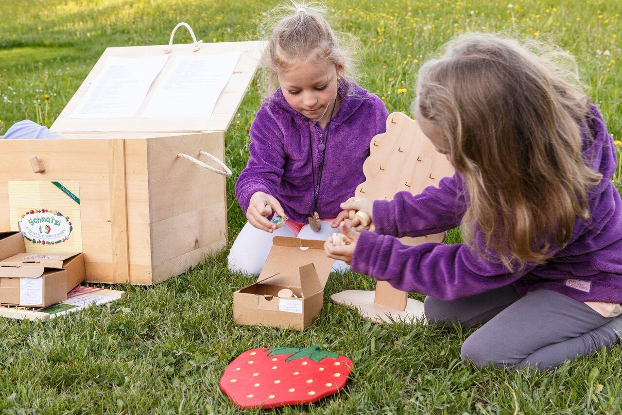 Kinder spielen mit der Schmatzi Kiste